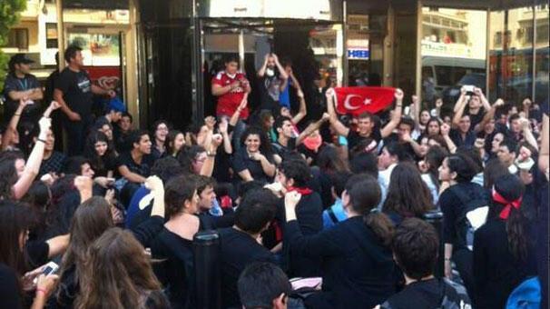 NTV binası önünde protesto