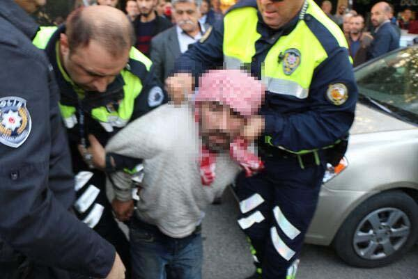 Atatürk heykelinin omuzlarına oturdu Polis linçten zor kurtardı