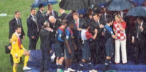 Yağmur altında tören