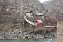Bu köye kapısı olan asma köprüden giriliyor