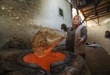Tandır ateşinde ekmek yoğun ilgi görüyor
