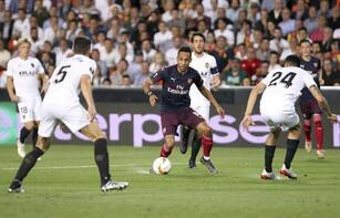 Valencia-Arsenal maçının bitiş düdüğüyle saha karıştı!