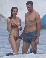 Plajda romantik anlar! Öpmelere doyamadı