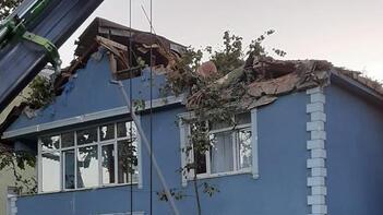 Beykoz'da dehşet! Dev çınar ağacı binanın üzerine devrildi