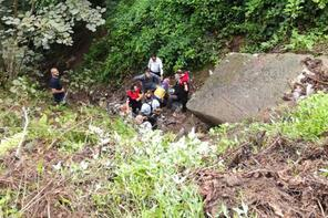 İşçileri taşıyan kamyonet şarampole yuvarlandı: 1 ölü, 14  yaralı