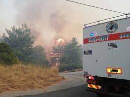 Komşuda korkutan yangın! Kuşadası'ndan görülüyor