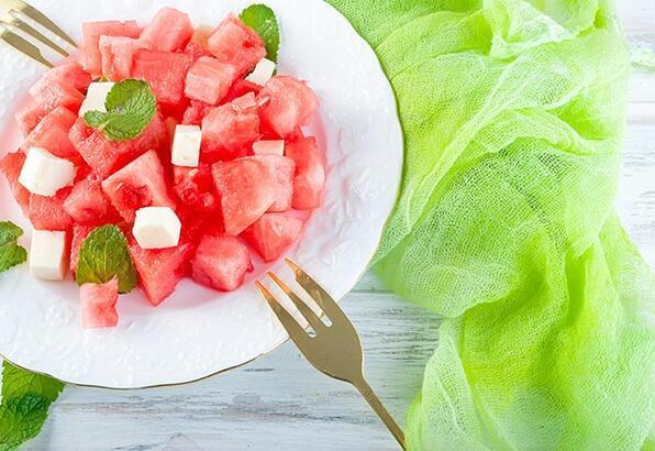 Köz biberli karpuz kabuğu salatası tarifi