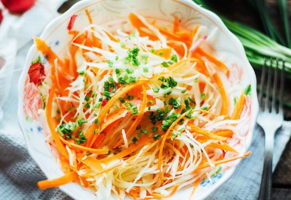 Basit ve lezzetli beyaz lahana salatası