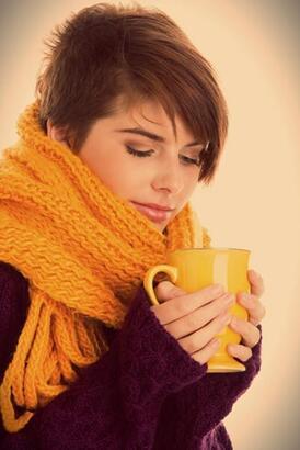 Sıcak çikolatayı turuncu fincanda için