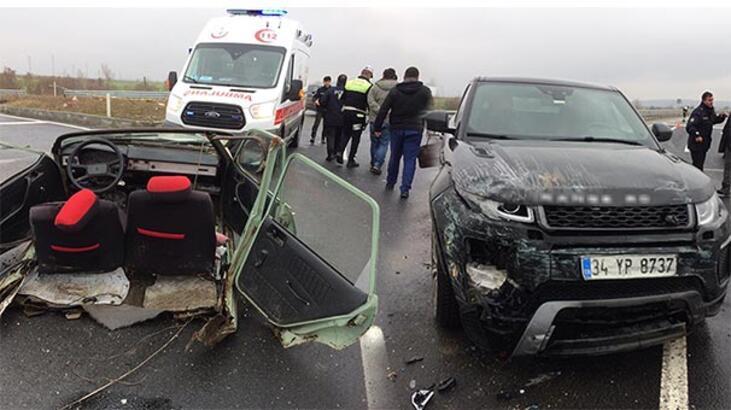 İnanılmaz görüntü! Ciple çarpışan otomobil ikiye bölündü!