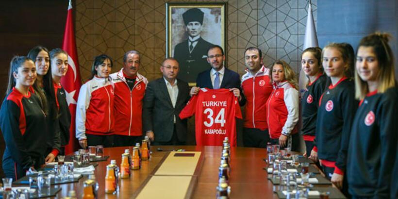 Bakan Kasapoğlu milli hentbolcuları kabul etti