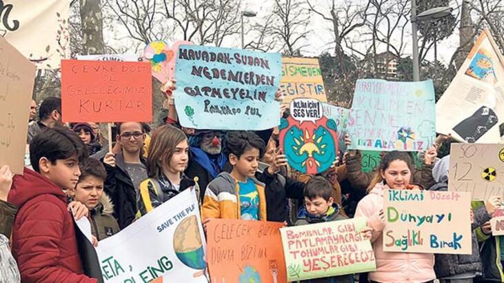 Çocuklar iklim için sokakta