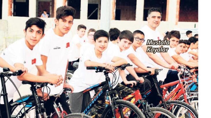 Gençlerle birlikte geleceğe pedalladı