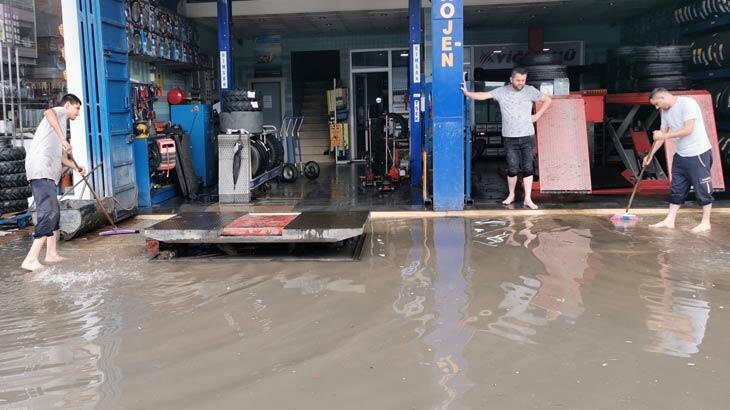 Caddeler göle döndü, iş yerlerini su bastı