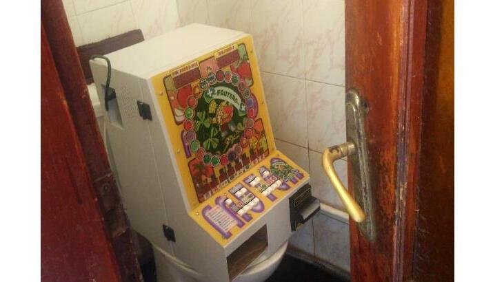 Kahvenin tuvaletinde kumar makinesi ele geçirildi