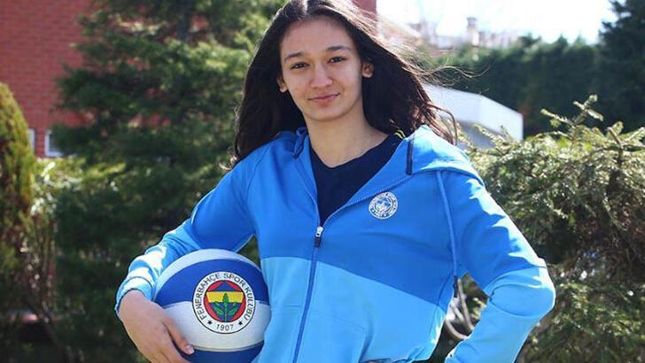 Fenerbahçe'de İdil Saçalır'la profesyonel sözleşme yapıldı