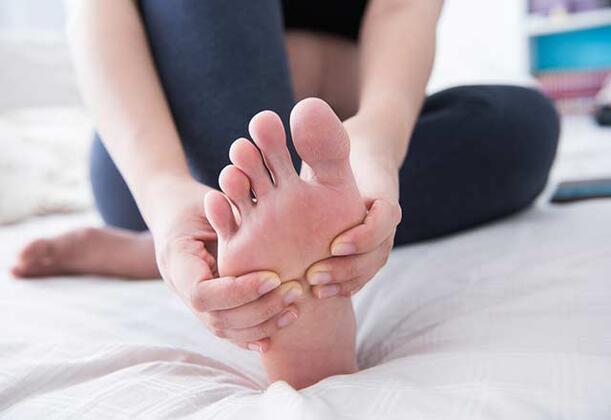 Ayak tırnağında meydana gelen mantarlar genellikle çevreyle ilgili faktörlere bağlı olarak gelişir. Çevresel faktörlerde kişilere göre farklılık göstermektedir. Ayakları nemli bırakma, hijyene önem vermeme, ayak tırnak mantarı hastalığı olan birisinin ayakkabılarını giyme gibi alışkanlıklar ayak tırnak mantarına neden olan çevresel etkenler arasında yer almaktadır.Ayak tırnak mantarını tedavi etmek için her türlü ilacı denemenize rağmen bir türlü bu rahatsızlığınızı tedavi edemediyseniz, sizlere birkaç doğal yöntemden bahsedeceğiz.İşte ayak tırnak mantarına iyi gelecek doğal tedavi yöntemleri