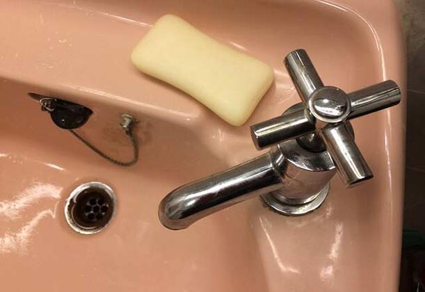 Kişisel bakımımız ve ihtiyaçlarımız için banyo oldukça önemli bir bölümdür. Banyoda oluşan nemli ve rutubet ortamından dolayı burayı istediğimiz kadar temizleyelim yeterli hijyeni çoğu zaman sağlamayız. Bu nedenden dolayı yaptığımız en büyük yanlışlardan biri, banyoda çeşitli eşyalarımızı bırakmak.Ancak daha sağlıklı ve hijyenik bir yaşam için bu eğilimimizden biran önce vazgeçmeliyiz.İşte banyoda asla saklamamız gereken eşyalar…