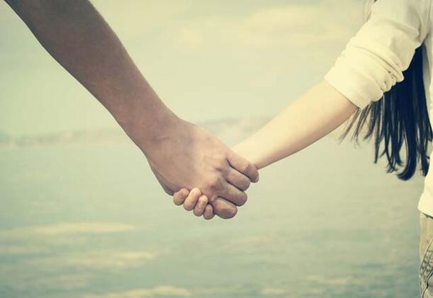 Belki de farkında değilsiniz ancak el ele tutuşma şekliniz ilişkiniz hakkında birçok şeyi ve nasıl bir çift olduğunuzu söylüyor. Merak etmeye başladıysanız hemen açıklayalım. İşte el ele tutuşma şeklinize göre ilişki analizi…Avuçları birleştirme