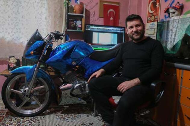 Manisa'nın Yunusemre ilçesinde yaşayan Halil İbrahim Koldaş (35), çocukluk hayali olan ve 3 yıl önce 4 bin liraya satın aldığı motosikleti 7 bin lira harcayarak modifiye ettirdi. Mavi boyasında 924 ayar gümüş tozunun bulunduğu motosikletin boyası Türkiye'de yapılamadığı için İngiltere'de gerçekleştirildi. Koldaş, görenlerin hayran kaldığı motosikletinin zarar görmemesi için evinin salonuna park ediyor ve sadece yağmursuz günlerde kullanıyor.HABERİN VİDEOSUNU İZLEMEK İÇİN TIKLAYIN