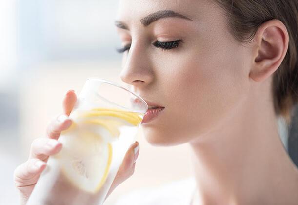 PembeNar ÖzelGüne bir bardak limonlu su ile başlayın