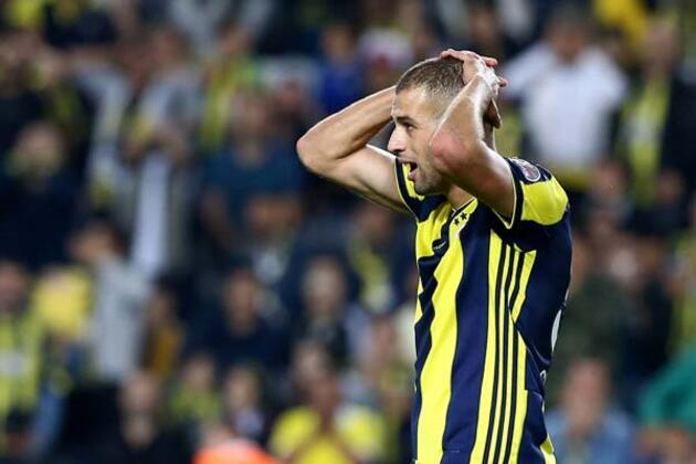 Fenerbahçe'de bir türlü istenileni veremeyen ve eleştirilere hedef olan Islam Slimani'yle ilgili şaşırtan bir gelişme yaşanıyor. (Emre Topaloğlu / Skorer Dış Haberler)