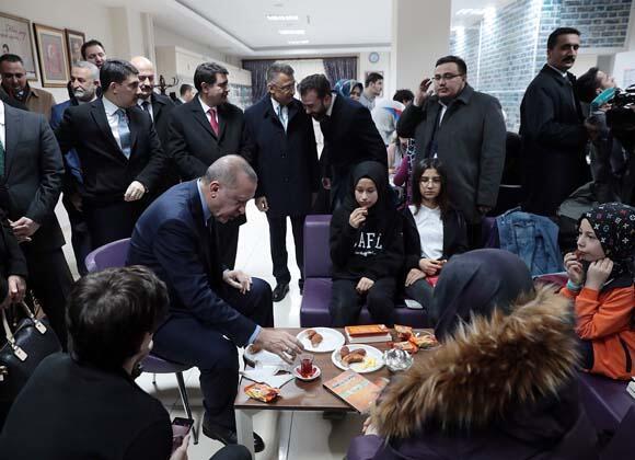 """Türkiye Cumhurbaşkanı Recep Tayyip Erdoğan, """"Ankara'yı bizim metrobüsle tanıştırmamız lazım. Yeni dönemde metrobüs olacak."""" dedi.HABERİN VİDEOSUNU İZLEMEK İÇİN TIKLAYIN!"""