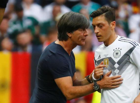 Mesut Özil'e gerçekleştirilen ırkçı saldırının ardından, bu kez Almanya Milli Takımı'nın bir diğer Türk kökenli oyuncusu İlkay Gündoğan'a da benzer bir davranış sergilendi.(Onur Dinçer / Skorer Dış Haberler)