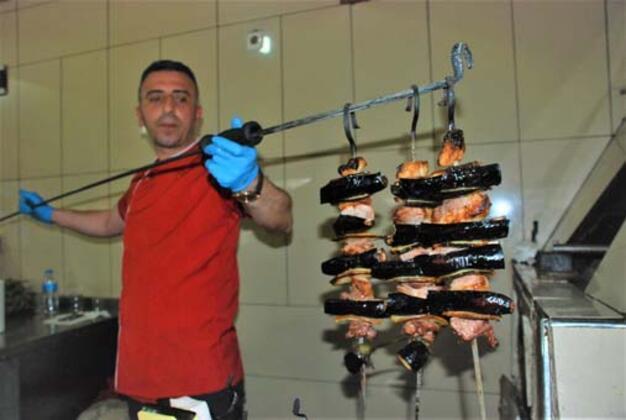 Tokat'ta, ilkbaharla birlikte lokantalarda özel ocaklarda pişirilerek servis edilmeye başlayan Tokat Kebabı, lezzetiyle damaklarda ayrı bir tat bırakırken, fiyatıyla da adeta cep yakıyor.HABERİN VİDEOSUNU İZLEMEK İÇİN TIKLAYIN