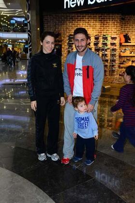 2018 Eylül ayında futbolu bırakma kararı alan Sabri Sarıoğlu, önceki eşi Yağmur ile Harbiye'de görüntülendi. (EMRAH AKÇAAY - CADDE)