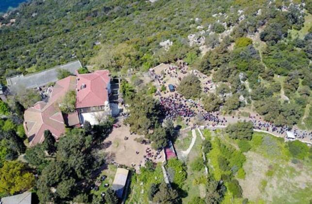 Büyükada'nın204 metre ile en yüksek noktasında bulunan Yüce Tepe'deki Aya Yorgi Kilisesi'ne binlerce kişi akın etti. Ziyaretçiler dileklerinin kabul olması için Azap Yokuşu'nu tırmandı, kiliseye mum dikti.HABERİN VİDEOSUNU İZLEMEK İÇİN TIKLAYIN