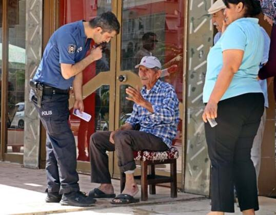 Antalya'da karşı şeride yaya geçidinden geçmek isteyen motosikletli sürücüye, arkasından gelen otomobil çarptı. Güvenlik kameralarına saniye saniye yansıyan kazada, yaşlı sürücü ve arkasındaki eşi yaralanırken, otomobil sürücüsüne kazada yaralanan yaşlı adam ile yakınları tepki gösterdi.HABERİN VİDEOSUNU İZLEMEK İÇİN TIKLAYIN