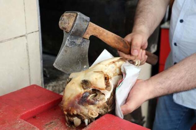 Sivaslıların vazgeçemedikleri lezzetler arasında önemli bir yere sahip olan 'kuzu kelle' pişirilişi ve tüketimi ile dikkat çekiyor.HABERİN VİDEOSUNU İZLEMEK İÇİN TIKLAYIN