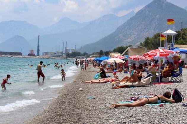 Hava sıcaklığının 29, deniz suyu sıcaklığının ise 27 derece ölçüldüğüAntalya'da, yerli- yabancı tatilciler ve kent sakinleri,Konyaaltı Sahili'ne geldi.HABERİN VİDEOSUNU İZLEMEK İÇİN TIKLAYIN