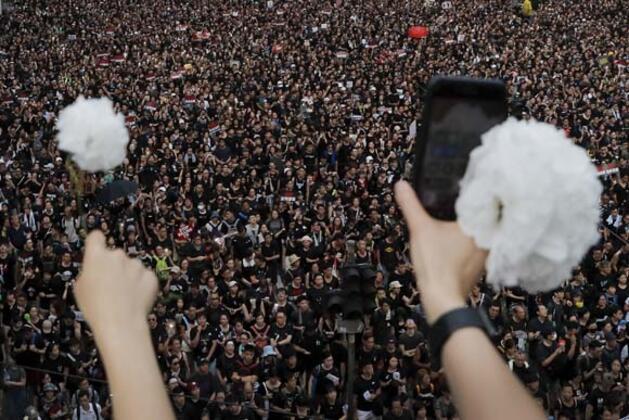 Hong Kong Özel İdari Bölge Başyöneticisi Carrie Lam, sokak protestolarına yol açan zanlıların Çin'e iadesini kolaylaştıran yasal düzenleme süreciyle ilgili flaş açıklamalarda bulundu.HABERİN VİDEOSUNU İZLEMEK İÇİN TIKLAYIN!