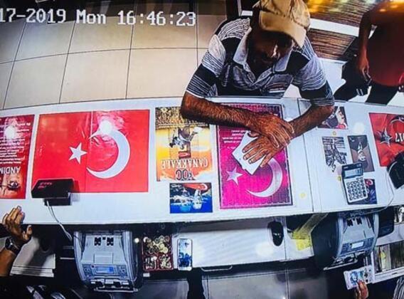 Olay, dün akşam saatlerinde Antalya Muratpaşa ilçesi Atatürk Caddesi üzerinde meydana geldi.HABERİN VİDEOSUNU İZLEMEK İÇİN TIKLAYIN