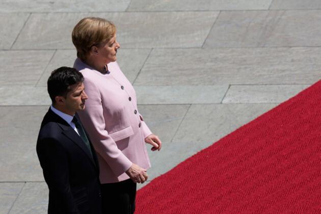 Dünya, Almanya Başbakanı Angela Merkel'in bugün verdiği ürkütücü görüntüyü konuşuyor.HABERİN VİDEOSUNU İZLEMEK İÇİN TIKLAYIN!