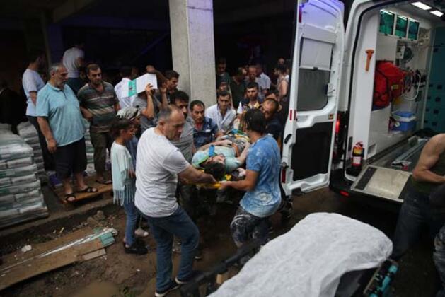Sakarya'da yıldırım düşmesi sonucu 1'i ağır 2 kişi yaralandı.HABERİN VİDEOSUNU İZLEMEK İÇİN TIKLAYIN!