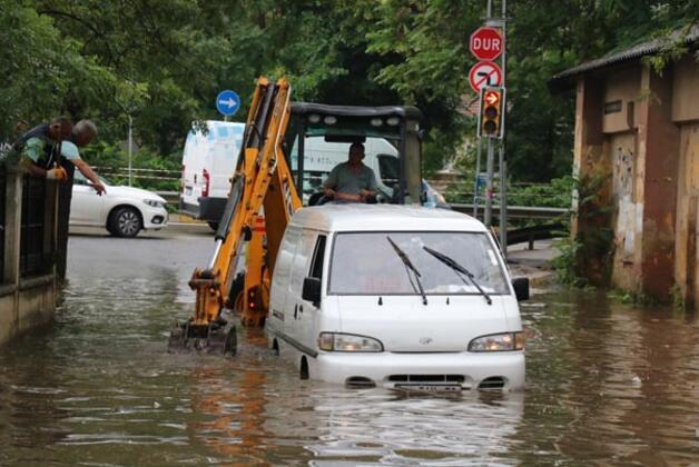 İstanbul Beykoz'da etkili olan sağanak yağış nedeniyle bazı iş yerlerini su bastı, yağmur sularıyla kaplanan sokak üzerinde bir minibüs mahsur kaldı.HABERİN VİDEOSUNU İZLEMEK İÇİN TIKLAYIN