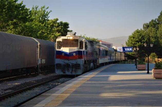 Deprem sonrasında yaşanan durgunluk nedeniyle 8 yıldan bu yana gerçekleştirilemeyen Tahran-Van yolcu treni seferleri, iki ülke arasındaki ilişkilerin gelişmesi ve yolcu kapasitesinin artmasıyla karşılıklı olarak yeniden başlatıldı.HABERİN VİDEOSUNU İZLEMEK İÇİN TIKLAYIN
