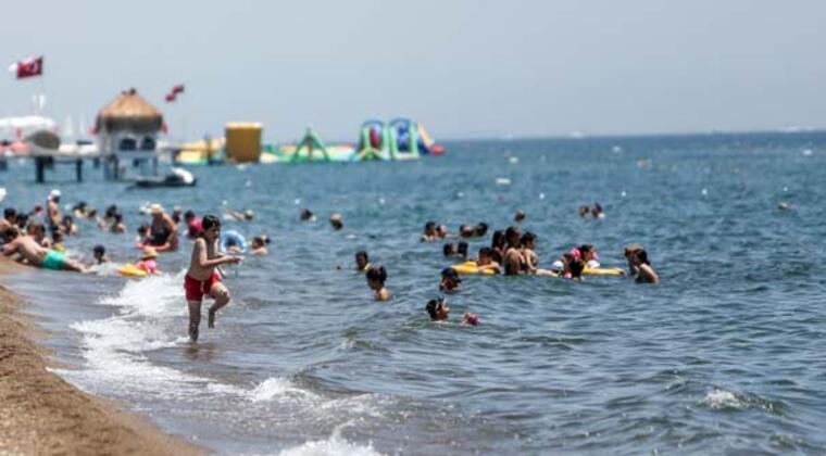 Antalya'nın Lara bölgesinde birçok plaj işletmesinin bulunduğu Lara Beach, sabahın erken saatlerinden itibaren turistleri ağırlamaya başladı.HABERİN VİDEOSUNU İZLEMEK İÇİN TIKLAYIN