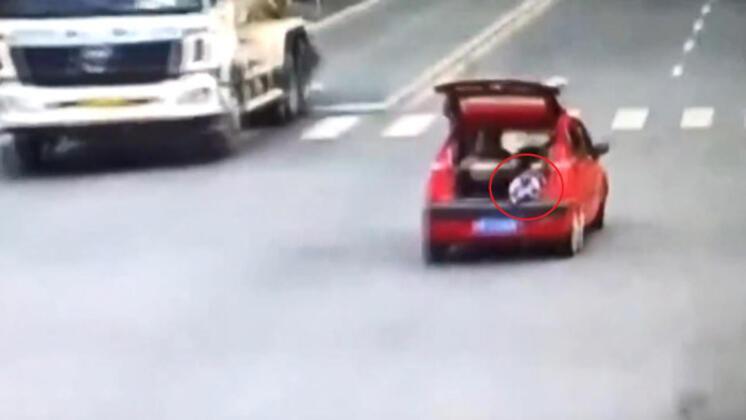 Çin'de otomobilin arka koltuğundaki çocuk, annesinin kullandığı aracın bagaj kısmına geçerek kapı açık şekilde yolculuk yaptı.HABERİN VİDEOSUNU İZLEMEK İÇİN TIKLAYIN