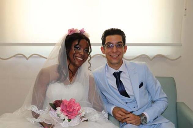 Denizli'den iş için Fildişi Sahili'ne gidip, orada yakalandığı hastalıkla babasını kaybeden 23 yaşındaki genç, babasının hastalığı sırasında Fildişi Sahili'nde kendisine yardımcı olan ve aşık olduğu 24 yaşındaki kızla babasının vasiyeti üzerine evlendi.HABERİN VİDEOSUNU İZLEMEK İÇİN TIKLAYIN!