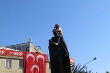 Atatürk heykelinin omuzlarına oturdu! Polis linçten zor kurtardı