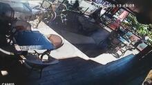 Bakırköy'de otomobilin kafe bahçesine girmesi kamerada