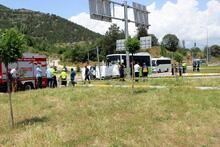 Yolcu midibüsü, hafif ticari araçla çarpıştı: 2 ölü, 1 yaralı