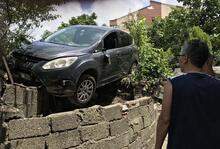 Freni boşalan otomobil bahçeye girdi! Yaralılar var...