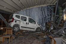 Ankara'da otomobil kafeye girdi