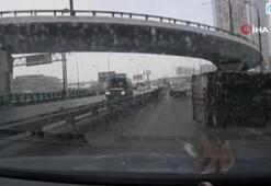 Rusyada araçların arasına sıkışan kamyon devrildi
