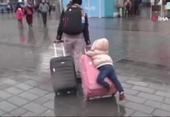 Taksim'de bavul üzerinde kısa süre keyifli yolculuk